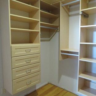 Idee per una cabina armadio unisex chic di medie dimensioni con ante in stile shaker e pavimento in legno massello medio