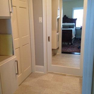Ejemplo de armario vestidor unisex, contemporáneo, pequeño, con puertas de armario grises y suelo de baldosas de porcelana