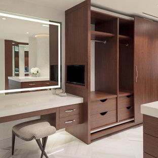 Inspiration för stora moderna walk-in-closets för könsneutrala, med släta luckor, skåp i mörkt trä och klinkergolv i keramik