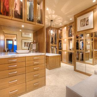 Imagen de vestidor de mujer, mediterráneo, grande, con armarios con paneles lisos, puertas de armario de madera oscura y moqueta