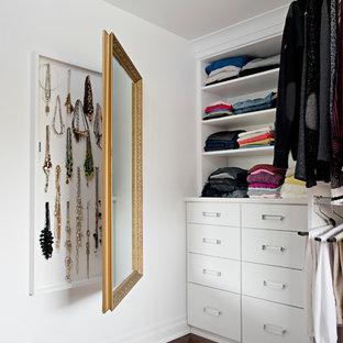 Modelo de armario y vestidor de mujer, actual, grande, con armarios abiertos, suelo marrón, puertas de armario blancas y suelo de madera oscura