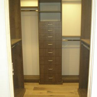 Imagen de armario vestidor de hombre, de estilo americano, pequeño, con armarios con paneles lisos, puertas de armario de madera en tonos medios, suelo de madera clara y suelo marrón