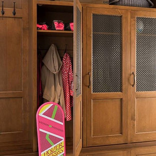 Inspiration för en vintage garderob för könsneutrala, med skåp i ljust trä och klinkergolv i keramik