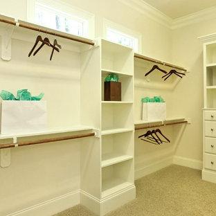 Ejemplo de armario vestidor unisex, clásico, grande, con armarios con paneles empotrados, puertas de armario blancas y moqueta
