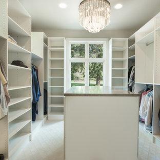 Imagen de armario vestidor unisex, clásico renovado, grande, con armarios abiertos, puertas de armario blancas, moqueta y suelo blanco
