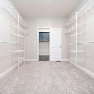 Idéer för ett industriellt walk-in-closet för könsneutrala, med heltäckningsmatta och beiget golv