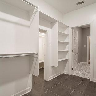 Modelo de armario vestidor unisex, moderno, grande, con armarios abiertos, puertas de armario blancas, suelo de baldosas de porcelana y suelo marrón