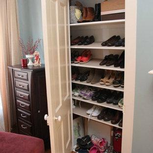 クリーブランドの小さい男女兼用ヴィクトリアン調のおしゃれな壁面クローゼット (落し込みパネル扉のキャビネット、白いキャビネット、無垢フローリング、茶色い床) の写真