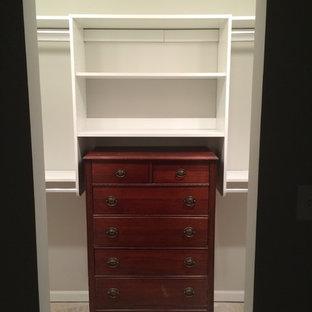Diseño de armario vestidor unisex, clásico, de tamaño medio, con armarios abiertos y puertas de armario blancas