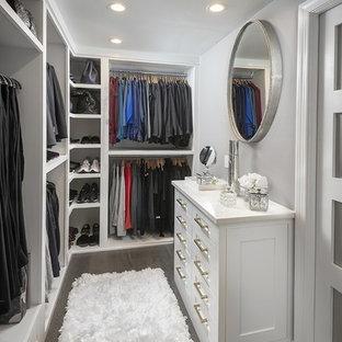 Ejemplo de armario vestidor unisex, tradicional renovado, pequeño, con armarios con paneles empotrados, puertas de armario blancas, suelo de madera oscura y suelo marrón