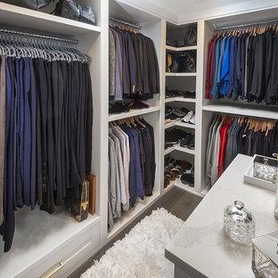 Imagen de armario vestidor unisex, tradicional renovado, pequeño, con armarios con paneles empotrados, puertas de armario blancas, suelo de madera oscura y suelo marrón