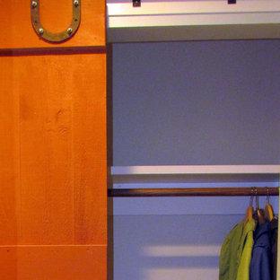 ポートランド(メイン)の中サイズの男女兼用インダストリアルスタイルのおしゃれな壁面クローゼット (セラミックタイルの床) の写真