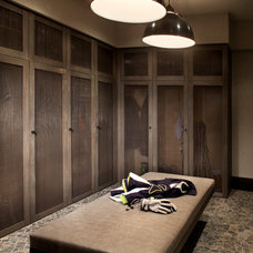Contemporary Closet by LKID