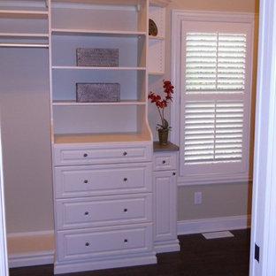 Diseño de armario vestidor de mujer, tradicional renovado, de tamaño medio, con armarios con paneles con relieve y puertas de armario blancas