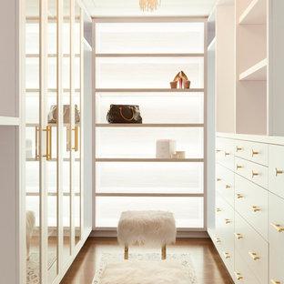 Modelo de armario vestidor de mujer, contemporáneo, con armarios con paneles lisos, puertas de armario blancas, suelo de madera oscura y suelo marrón