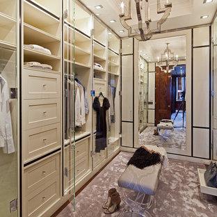 Modelo de armario y vestidor tradicional renovado con puertas de armario beige