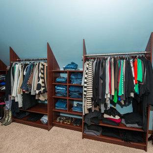 Foto de armario vestidor unisex, tradicional, grande, con armarios abiertos, puertas de armario marrones, moqueta y suelo beige