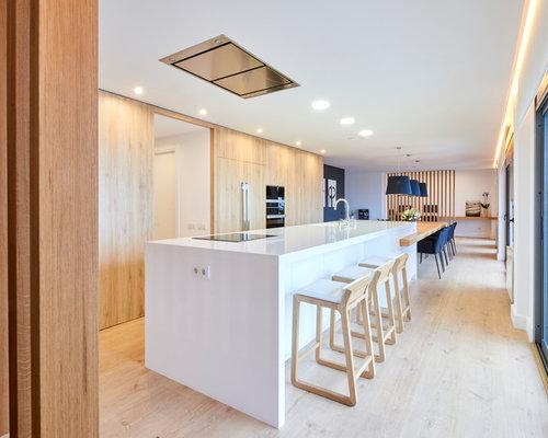 imagen de cocina comedor de galera actual grande con fregadero integrado armarios