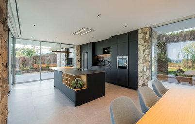Una vivienda moderna de espacios abiertos con vistas al mar