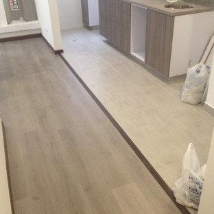 他の地域の小さいモダンスタイルのおしゃれなキッチン (磁器タイルの床、グレーの床) の写真