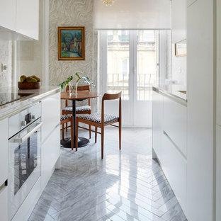 Diseño de cocina de galera, contemporánea, de tamaño medio, sin isla, con armarios con paneles lisos, puertas de armario blancas, encimera de cuarzo compacto, electrodomésticos blancos, suelo de mármol, encimeras blancas y suelo gris
