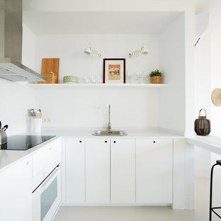 Modelo de cocina en L, escandinava, con armarios con paneles lisos, puertas de armario blancas, salpicadero blanco, electrodomésticos blancos y suelo beige
