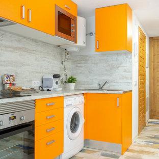 Idées déco pour une cuisine contemporaine en L avec un évier posé, un placard à porte plane, des portes de placard oranges, une crédence grise, un électroménager en acier inoxydable, un sol en bois peint, aucun îlot, un sol multicolore et un plan de travail gris.