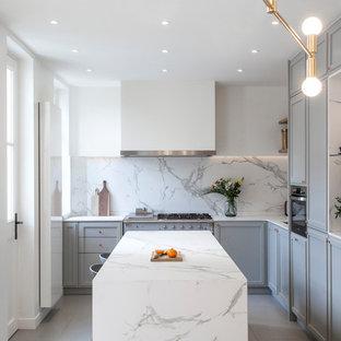 Diseño de cocina en L, tradicional renovada, con fregadero bajoencimera, armarios estilo shaker, puertas de armario grises, electrodomésticos de colores, una isla, suelo gris y encimeras blancas