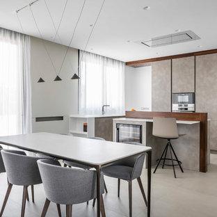 Imagen de cocina comedor en L, minimalista, con armarios con paneles lisos, puertas de armario beige, suelo beige, encimeras blancas y dos o más islas