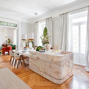 Ejemplo de cocina contemporánea con encimera de mármol, suelo de madera en tonos medios, una isla y encimeras multicolor