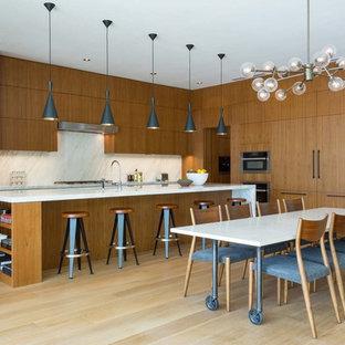 Ejemplo de cocina comedor contemporánea con armarios con paneles lisos, puertas de armario de madera oscura, salpicadero blanco, encimeras blancas, suelo de madera clara, una isla y suelo beige