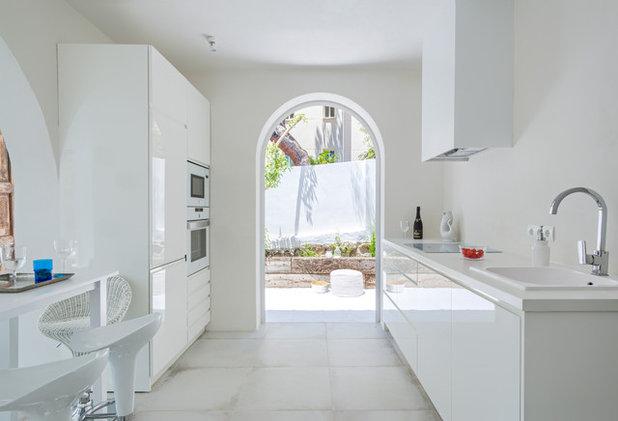 Mediterranean Kitchen by Ana Bejar Interiorismo