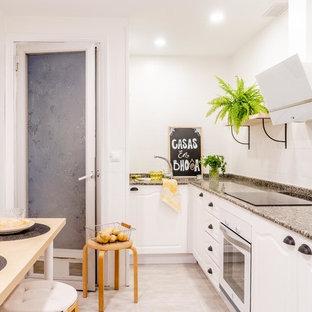 Foto de cocina comedor en L, nórdica, con fregadero encastrado, armarios con paneles con relieve, puertas de armario blancas, salpicadero blanco, electrodomésticos blancos, suelo beige y encimeras marrones