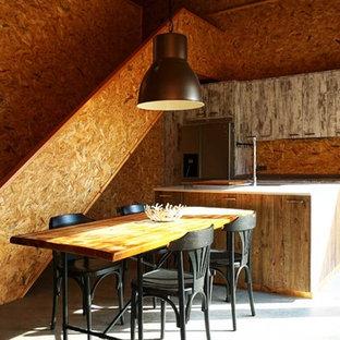Diseño de cocina comedor lineal, rústica, de tamaño medio, con fregadero bajoencimera, armarios con paneles lisos, puertas de armario con efecto envejecido, encimera de cuarzo compacto, electrodomésticos de acero inoxidable, suelo de cemento, una isla y salpicadero de madera