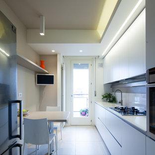 Ispirazione per una piccola cucina minimalista con lavello da incasso, ante lisce, ante bianche, paraspruzzi bianco, elettrodomestici in acciaio inossidabile e pavimento bianco