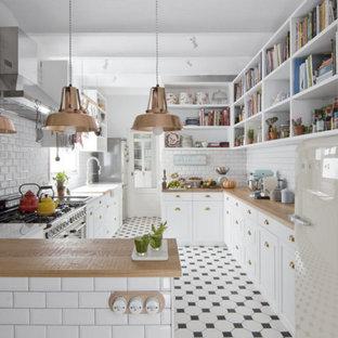 Ejemplo de cocina en U, de estilo de casa de campo, con fregadero sobremueble, armarios abiertos, puertas de armario blancas, encimera de madera, salpicadero blanco, salpicadero de azulejos tipo metro, electrodomésticos blancos y península