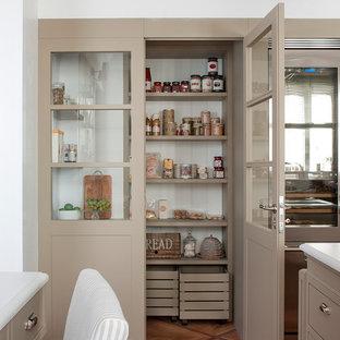 Inspiration för ett vintage skafferi, med en integrerad diskho, beige skåp, bänkskiva i kvarts, vitt stänkskydd, stänkskydd i keramik, rostfria vitvaror, ljust trägolv, en köksö och brunt golv