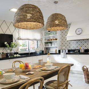 Foto de cocina comedor en L, de estilo de casa de campo, con fregadero bajoencimera, armarios estilo shaker, puertas de armario blancas y salpicadero multicolor