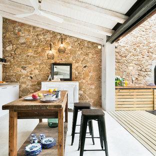 Foto de cocina lineal, contemporánea, de tamaño medio, abierta, con armarios con paneles lisos, puertas de armario blancas, salpicadero blanco y una isla
