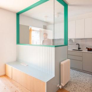 Свежая идея для дизайна: маленькая прямая кухня в стиле модернизм с обеденным столом, врезной раковиной, плоскими фасадами, белыми фасадами, деревянной столешницей, белым фартуком, фартуком из мрамора, техникой из нержавеющей стали, полом из терраццо, белым полом и белой столешницей - отличное фото интерьера