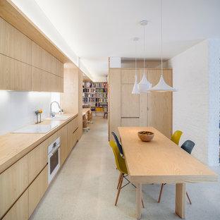 Mittelgroße, Einzeilige Nordische Wohnküche ohne Insel mit Unterbauwaschbecken, flächenbündigen Schrankfronten, hellen Holzschränken, Arbeitsplatte aus Holz, Küchenrückwand in Weiß, Glasrückwand und weißen Elektrogeräten in Madrid