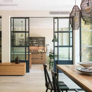 バルセロナの広いおしゃれなキッチン (アンダーカウンターシンク、ガラス扉のキャビネット、ステンレスキャビネット、大理石カウンター、メタリックのキッチンパネル、メタルタイルのキッチンパネル、シルバーの調理設備、セラミックタイルの床、マルチカラーの床、ベージュのキッチンカウンター) の写真