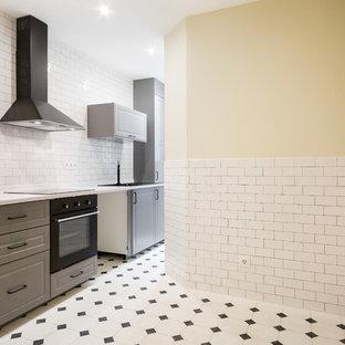 Esempio di una cucina lineare tradizionale di medie dimensioni e chiusa con ante a filo, ante in legno bruno, top in quarzo composito, paraspruzzi nero, paraspruzzi con piastrelle di metallo, nessuna isola e top bianco