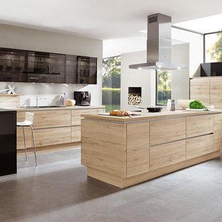 マドリードの中サイズのモダンスタイルのおしゃれなキッチン (一体型シンク、落し込みパネル扉のキャビネット、淡色木目調キャビネット、木材カウンター、ベージュキッチンパネル、ガラスまたは窓のキッチンパネル、シルバーの調理設備の、セラミックタイルの床、グレーの床、ベージュのキッチンカウンター) の写真