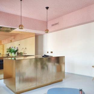 他の地域の小さいおしゃれなキッチン (エプロンフロントシンク、銅製カウンター、コンクリートの床) の写真