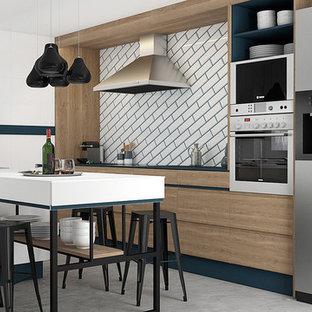 他の地域の大きいコンテンポラリースタイルのおしゃれなキッチン (ドロップインシンク、フラットパネル扉のキャビネット、中間色木目調キャビネット、白いキッチンパネル、セラミックタイルのキッチンパネル、シルバーの調理設備の、コンクリートの床、グレーの床、ターコイズのキッチンカウンター) の写真