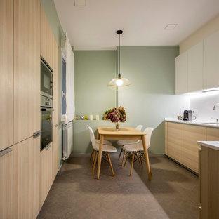 Imagen de cocina comedor actual, sin isla, con fregadero bajoencimera, armarios con paneles lisos, puertas de armario de madera clara, salpicadero blanco, encimeras blancas y suelo gris