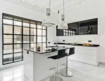 Cocina con isla en una vivienda señorial