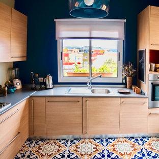 他の地域の小さいエクレクティックスタイルのおしゃれなキッチン (ドロップインシンク、中間色木目調キャビネット、ラミネートカウンター、白いキッチンパネル、ガラスまたは窓のキッチンパネル、シルバーの調理設備の、セラミックタイルの床、グレーのキッチンカウンター) の写真