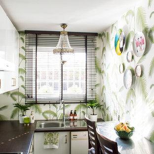 Ejemplo de cocina en U, tropical, pequeña, cerrada, sin isla, con fregadero de un seno, armarios con paneles lisos, puertas de armario blancas y electrodomésticos blancos